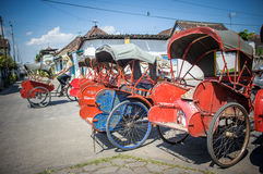 Trishaws i gatan av Surakarta, Indonesien royaltyfri foto