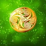 Triskel dorato magico su priorità bassa verde Immagini Stock Libere da Diritti