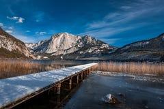 Trisselwand et lac Altaussee avec une piste en bois photographie stock libre de droits