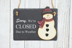 Triste derecho nos cierran para resistir a la muestra en una pizarra colgante con el muñeco de nieve imagen de archivo