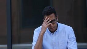 Triste, frustrato, giovane uomo bello nero di ribaltamento fotografia stock
