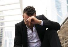 Tristesse se reposante d'homme d'affaires et pensée pour le travail photographie stock libre de droits