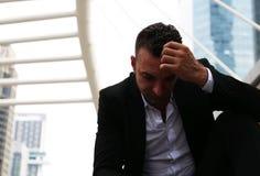 Tristesse se reposante d'homme d'affaires et pensée pour le travail photo stock