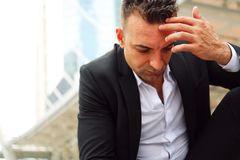Tristesse se reposante d'homme d'affaires et pensée pour le travail images libres de droits