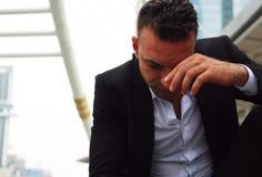 Tristesse se reposante d'homme d'affaires et pensée pour le travail image stock