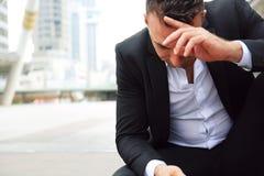 Tristesse se reposante d'homme d'affaires et pensée pour le travail photographie stock