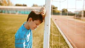 Tristeza y cólera del insulto de la derrota del trastorno del futbolista del fútbol del adolescente del muchacho adolescente del  almacen de metraje de vídeo