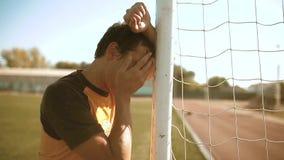 Tristeza y cólera del insulto de la derrota del trastorno del futbolista del fútbol del hombre el hombre afligido después de la d almacen de video