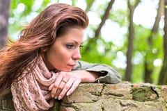 Tristezza della donna del parco Fotografie Stock