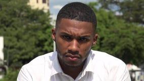 Tristezza e depressione dell'uomo di colore video d archivio