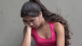 Tristezza e depressione fra gli anni dell'adolescenza femminili stock footage