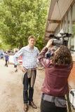 Tristram Hunt Labour-Parlamentarier und Schatten-Kultusminister, der mit Kamerafrau spricht Lizenzfreies Stockbild