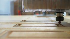 Trituração de madeira na máquina com close up do CNC video estoque