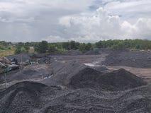 Triturador de carvão na armazenagem, betuminosa - carvão antracífero, carvão do nível superior imagens de stock