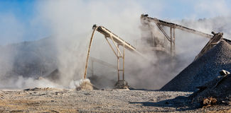 Triturador industrial - máquina de esmagamento de pedra da rocha imagens de stock