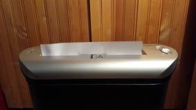 Trituradora de papel que destroza la asignación del trabajo almacen de metraje de vídeo