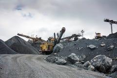 Trituradora de piedra en mina de la mina superficial Imágenes de archivo libres de regalías