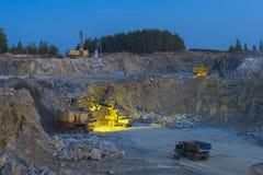 Trituradora de piedra en una mina minería, opinión de la noche Foto de archivo libre de regalías