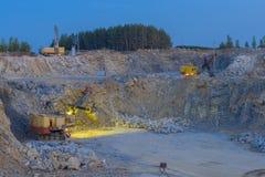 Trituradora de piedra en una mina minería, opinión de la noche Imagen de archivo libre de regalías