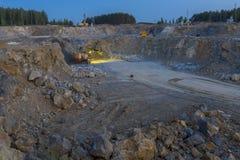 Trituradora de piedra en una mina minería, opinión de la noche Imagen de archivo
