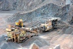 Trituradora de piedra en una mina superficial Fotos de archivo libres de regalías
