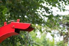 Trituradora roja para los árboles fotografía de archivo libre de regalías