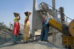 Trituradoras de piedra en la India Foto de archivo libre de regalías