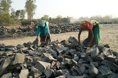 Trituradoras de piedra en la India Imágenes de archivo libres de regalías