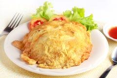 Triture a omeleta com estilo tailandês do arroz, alimento local popular da carne de porco no Th Imagens de Stock Royalty Free