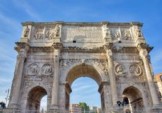 Triumf- båge av Constantine i Rome, Italien Arkivfoto
