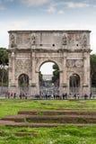Triumf- båge av Constantine i Rome med turister, Rome, Italien arkivbilder