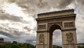 Triumf- båge i den Paris staden på solnedgången Royaltyfri Fotografi