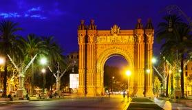 Triumf- båge i natt Barcelona Royaltyfri Foto