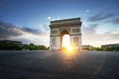 Triumf- båge på solnedgången, Paris Arkivfoto