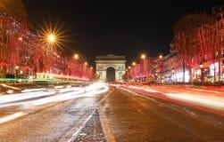 Triumf- den båge- och Champs-Elysees avenyn exponerade för jul 2018, Paris fotografering för bildbyråer