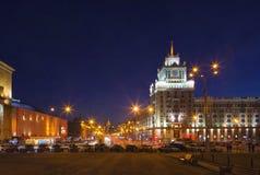 Triumfalnaya fyrkant i Moskva i aftonen Royaltyfri Foto