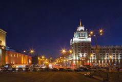 Triumfalnaya-Quadrat in Moskau am Abend Lizenzfreies Stockfoto
