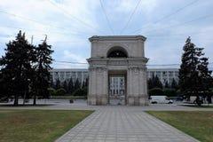 Triumfalny łuk i Rządowy budynek w Chisinau, Moldova - Obrazy Stock