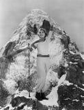 Triumferande kvinna på bergtoppmötet (alla visade personer inte är längre uppehälle, och inget gods finns Leverantörgarantier som Royaltyfri Fotografi