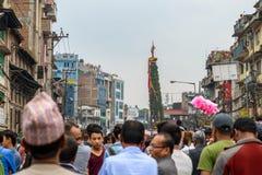 Triumfvagn av processionen för regnRato Machhindranath i Patan, Nepal Arkivfoton