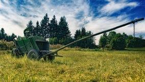 Triumfvagn på fältet Arkivfoto