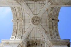 Triumph bågeinre och blå ljus himmel, Lissabon Arkivbild