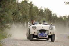 Triumph blanco TR2 participa a la carrera de coches clásica del GP Nuvolari el 20 de septiembre de 2014 en Castelnuovo Berardenga Imagen de archivo libre de regalías