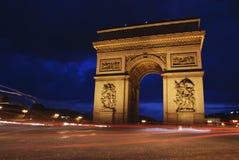 Triumph-Bogen nachts Stockfotos