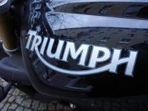 Triumph logo på den svarta motorcykeln Royaltyfria Foton
