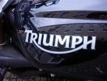 Triumph logo på den svarta motorcykeln Royaltyfria Bilder