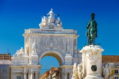 Triumphal arch 1873 and statue in Commerce Square in the city. Of Lisbon, Portugal stock photos