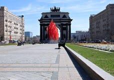 Triumphbogen in Moskau mit festlichen Flaggen Stockfoto