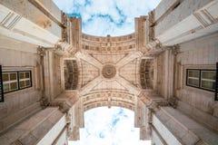 Triumphbogen Rua Augusta in der historischen Mitte der Stadt von Lissabon in Portugal stockbilder