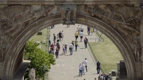Triumphbogen von Septimius Severus bei Roman Forum, Leute, die durch Markstein gehen stock video